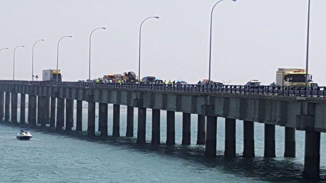 Cae un camión al mar en el puente Carranza