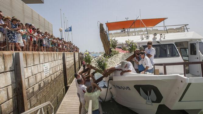 Momento del embarque de la Virgen.