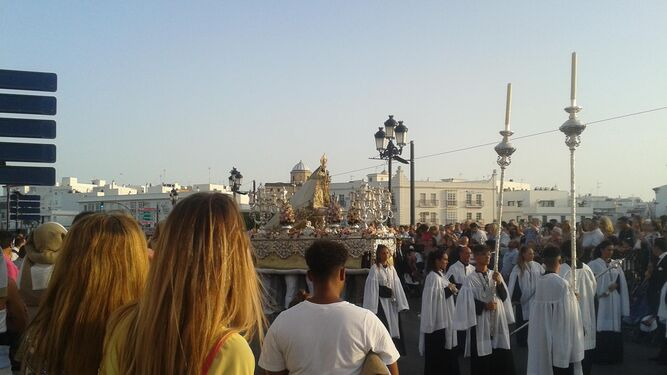 La Virgen del Carmen, por el puente de Nuestra Señora de los Remedios.