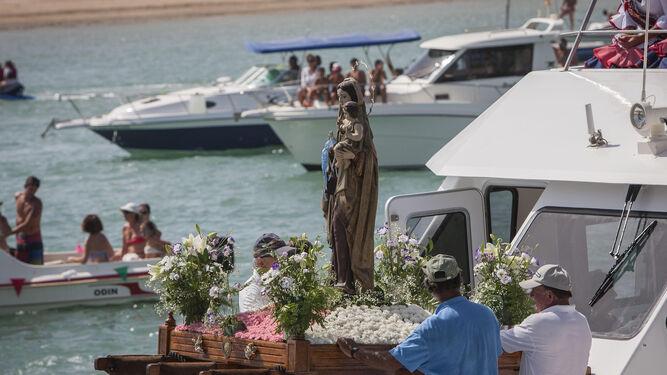 La imagen en la proa de la embarcación poco después de su salida hacia La Barrosa.