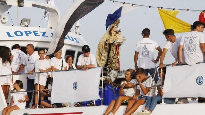 La imagen de Nuestra Señora del Carmen fue embarcada para la tradicional bendición de las aguas del río Guadalete y de la Bahía.