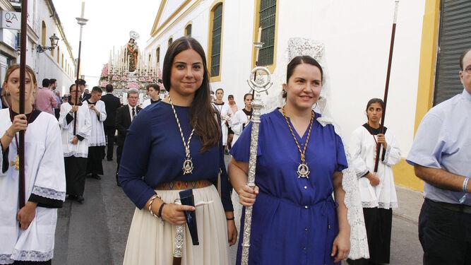 La comisaria de la hermandad, Mar Vázquez (drcha.), en el desfile procesional.