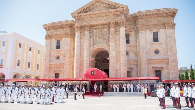 Acto militar de la Armada ante el Panteón de Marinos Ilustres.