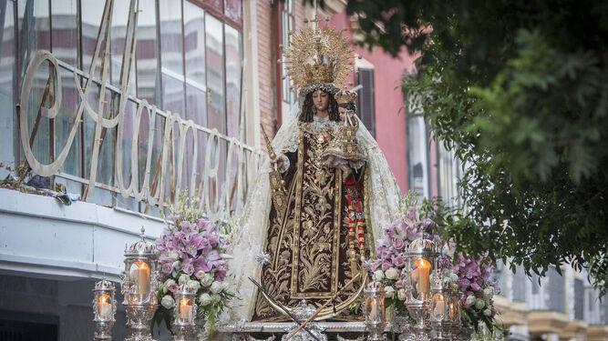 La Virgen del Carmen Coronada en su salida procesional ayer por la tarde.