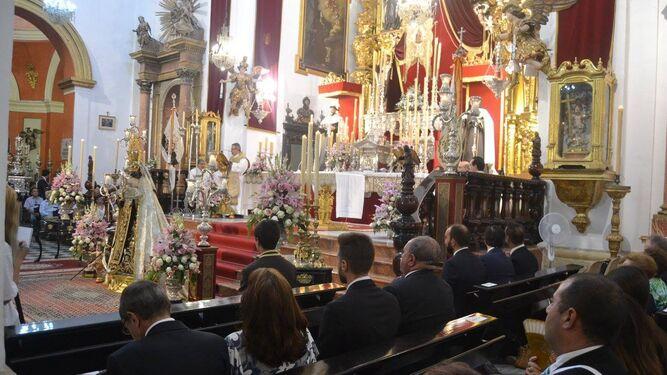 Un momento de la función religiosa en el Iglesia del Carmen.
