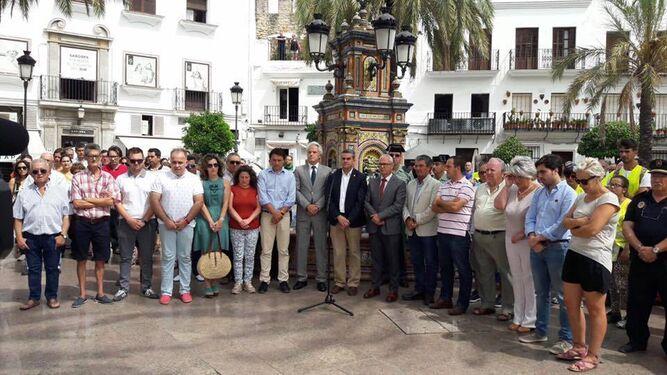 Imagen del minuto de silencio en la Plaza de España en Vejer ayer.