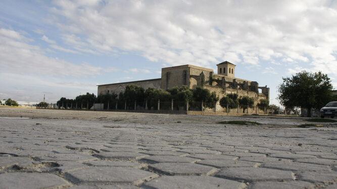El Monasterio de la Victoria, antiguo Penal de El Puerto. En primer plano, parte de la solería de los antiguos pabellones carcelarios demolidos a principios de los años 90.