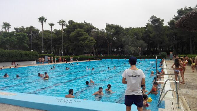M s de mil personas acudieron a la piscina en su primer for Piscina municipal cordoba