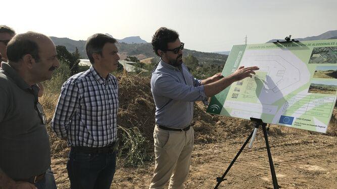El delegado territorial de Medio Ambiente, en el centro, y el alcalde, atendiendo, ayer, las explicaciones técnicas.