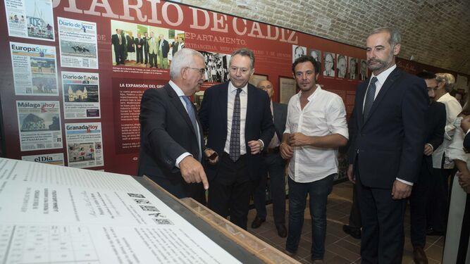 Manuel Jiménez Barrios recorrió la exposición en compañía de José Joly, del alcalde de Cádiz y José Antonio Hidalgo, comisario de la misma.