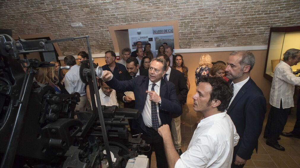 José Joly muestra al alcalde cómo funcionaba una de las antiguas linotipias del Diario.