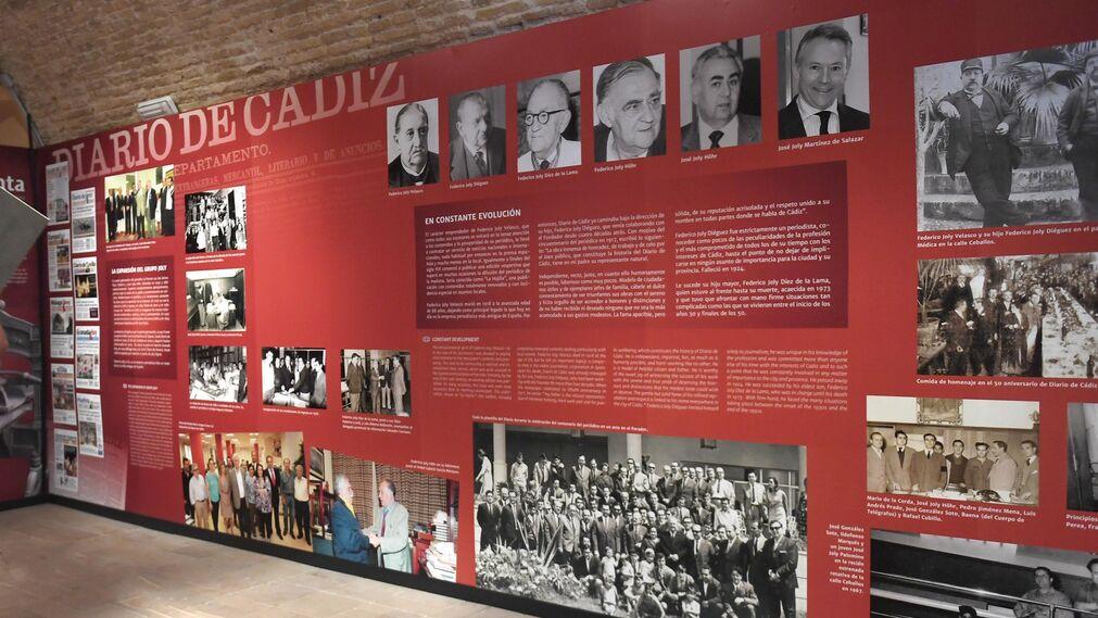 Uno de los paneles que componen la exposición, en el que aparece la saga de editores de la familia Joly, fundadora de Diario de Cádiz.