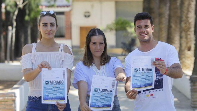 Tres jóvenes de Chiclana muestran sus entradas la semana pasada, tras la cancelación del festival.