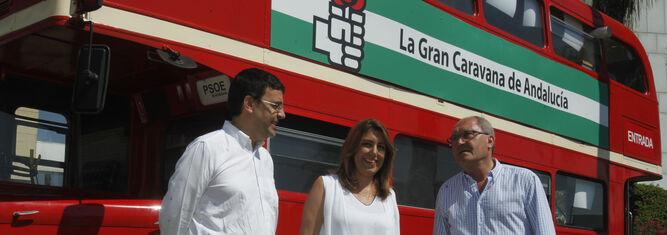 Mario Jiménez, Susana Díaz y Juan Cornejo posan ayer junto al autobús empleado en la primera campaña electoral de Felipe González, en la exposición conmemorativa del 40 aniversario del PSOE-A.