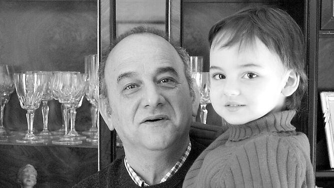 Antonio Guerrero con uno de sus nietos en una fotografía tomada en 2002.