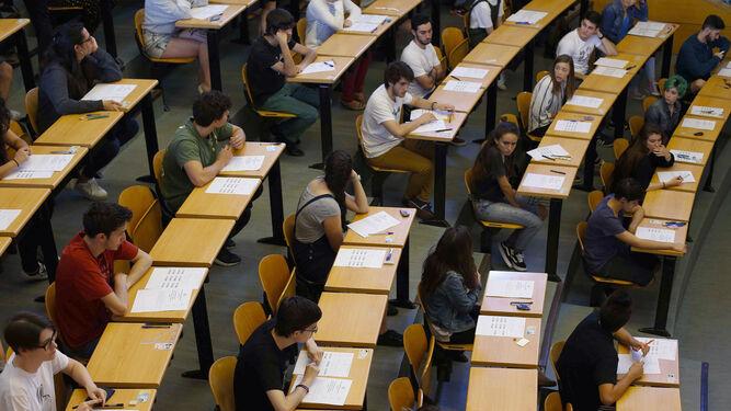 Un grupo de estudiantes durante el desarrollo de la prueba de selectividad.