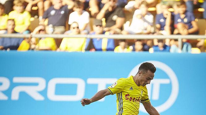 Álvaro García salta por encima de David García, que intenta despejar el balón.
