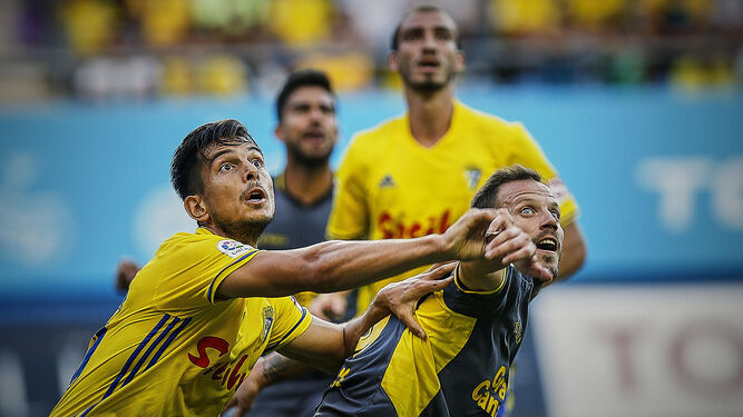 Marcos Mauro parece no perder de vista el balón en pugna con un jugador del Tenerife con Mikel Villanueva como testigo al fondo.