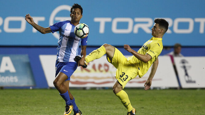 Rosales (i) trata de librarse del acoso de Chuca en un lance del encuentro disputado anoche.