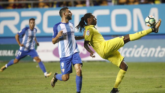 Semedo (d) despeja el esférico con su bota derecha ante la atenta mirada de Borja.