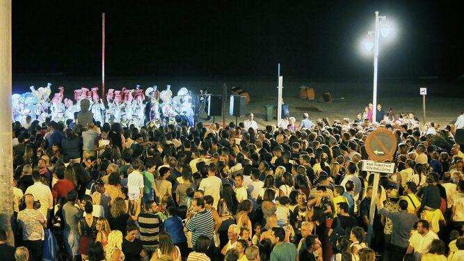 Numeroso público se congregó anoche alrededor de los escenarios instalados en torno al Paseo Marítimo. En la imagen el coro 'La reina de la noche', que abrió el evento frente a la calle Brasil.