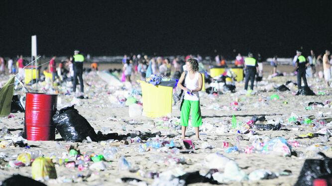 La selección de imágenes habla por sí sola de las desastrosas consecuencias que tenían aquellas concentraciones multitudinarias en las playas gaditanas.