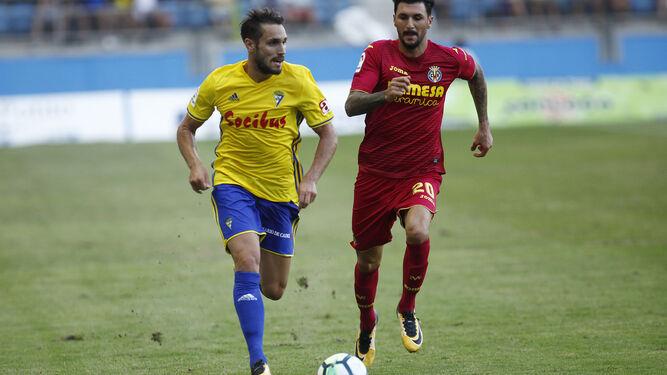 Rober Correa avanza ayer con el balón perseguido por Soriano.