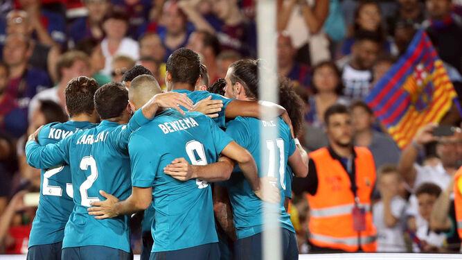 Los madridistas celebran el primer tanto en el Camp Nou.