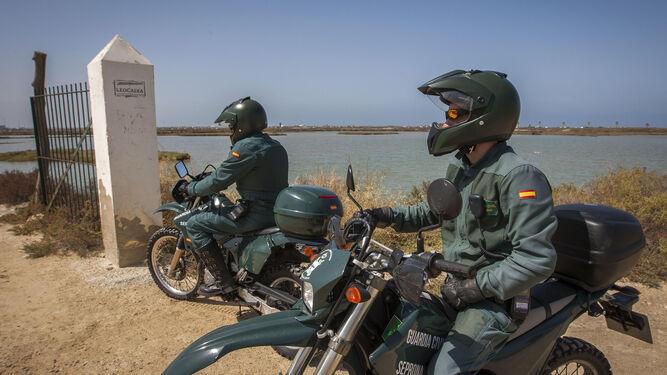 Agentes del Seprona tras inspeccionar la piscifactoría de La Leocadia.