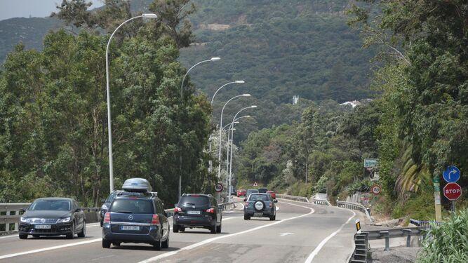 La N-340 a su paso por la barriada algecireña de Pelayo, con tráfico denso pero sin conos durante la jornada de ayer.