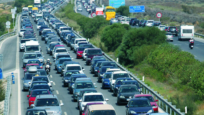Colas de coches en la zona de Tres Caminos, ayer a mediodía.