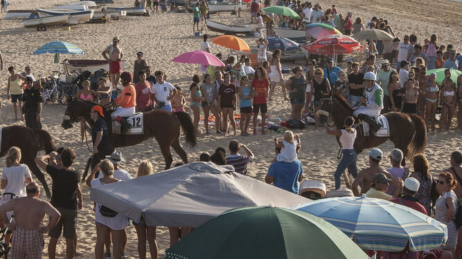 Numeroso público sigue habitualmente la gran fiesta de los caballos en Sanlúcar.
