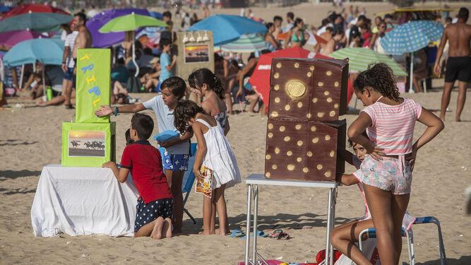 Los más pequeños disfrutan de la jornada en la misma arena de la playa.