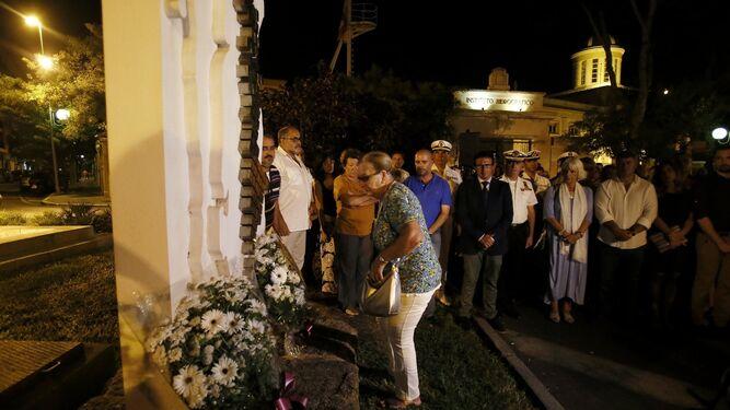 Momento de la ofrenda floral frente al monumento a las víctimas de la explosión.