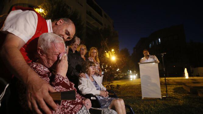 Una de las supervivientes de los sucesos de hace 70 años se emociona por el relato de José Antonio Aparicio.
