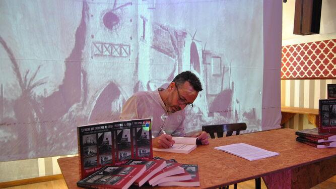 Manuel Devesa, autor de La noche que miramos al cielo, durante la presentación de su libro.