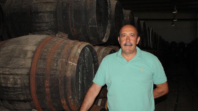 Carmelo Navarro, en la nave de conservación de botas de vinagre.