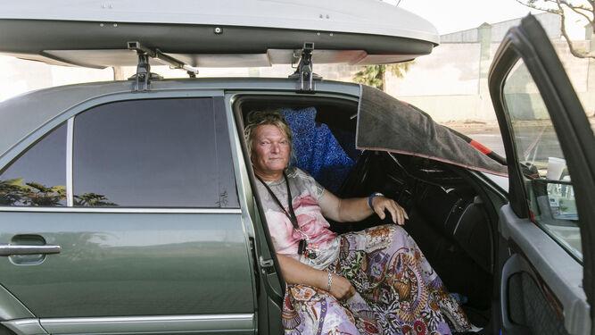 Tamara, otra sin techo, descansa en un coche antes de ser atendida por los voluntarios.