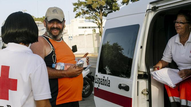 Un tinerfeño que también trabajó en Cruz Roja reciben la cena de las voluntarias de Cruz Roja.