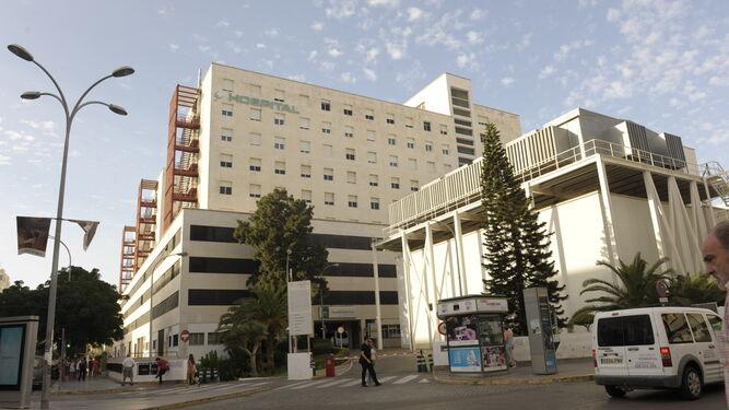 El hospital Puerta del Mar desde la avenida principal de la ciudad.