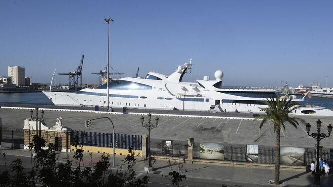 El megayate de lujo atracado en el Muelle Ciudad, en una imagen tomada ayer por la tarde.