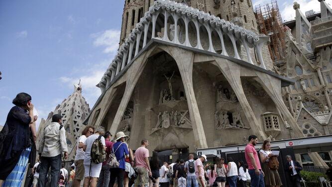 Colas para entrar en la Sagrada  Familia  tras la misa que se ha celebrado por la Paz en memoria de las víctimas de los atentados de Barcelona y Cambrils.