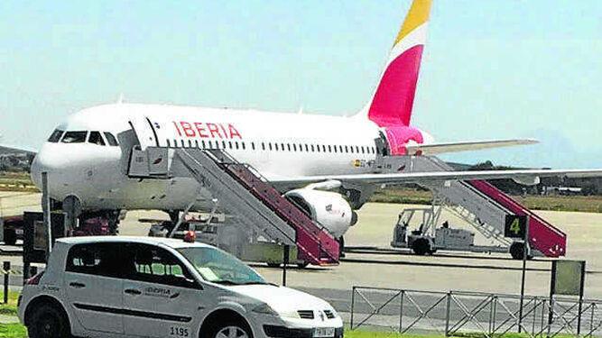 El avión averiado, ayer en la pista de 'La Parra'.