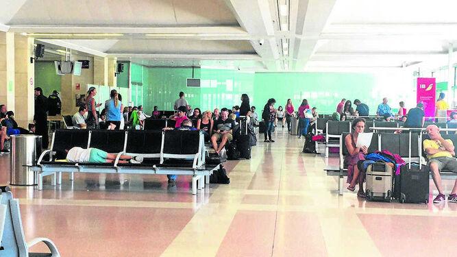 Una imagen captada ayer en la sala de salidas del aeropuerto de Jerez con los pasajeros afectados.