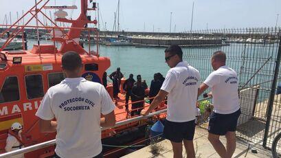 Momento de la llegada a Barbate de los 10 subsaharianos rescatados.