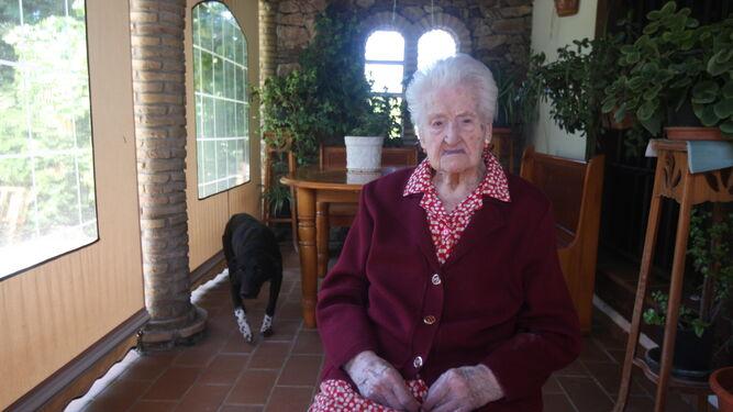 La centenaria, en el porche de su casa donde pasa buena parte del día.