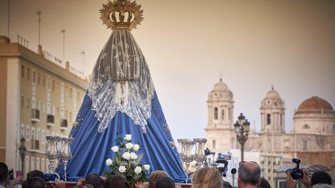 La Virgen del Rosario, en el camino de regreso que ayer emprendió hasta su iglesia de Santo Domingo tras la visita a las parroquias de la ciudad de los últimos diez días.