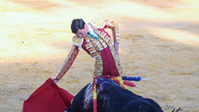 El diestro colombiano José Arcila durante la lidia de su segundo toro.