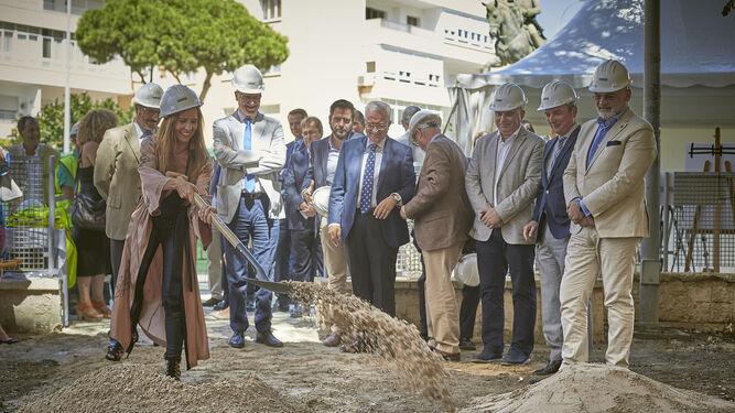 La delegada provincial de Empleo, Gema Pérez, lanza una palada de arena en el acto de inicio de las obras ante la mirada de políticos y cargos de la UCA.