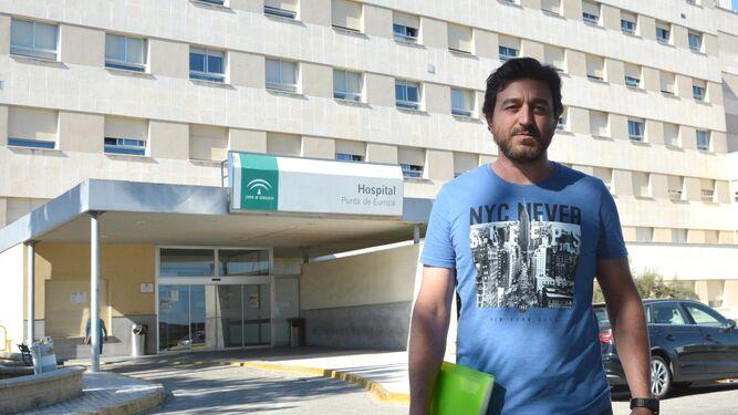 Sergio Ceballos, frente al Hospital Punta Europa, ayer.